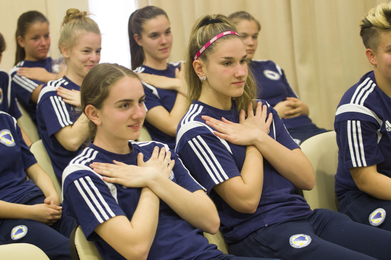 Rezultat slika za Bh. fudbalerke uče znakovni jezik kako bi komunicirale sa kolegicom