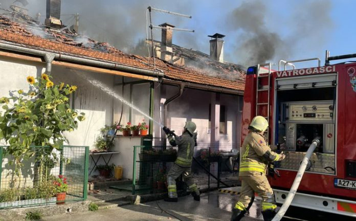 Vatrogasci gase požar u Buća Potoku u Sarajevu.
